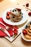 Таблица завтрака, сладостные блинчики с ягодами лета Стоковые Фото