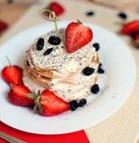 Таблица завтрака, сладостные блинчики с ягодами лета Стоковые Изображения