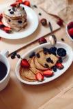 Таблица завтрака, сладостные блинчики с ягодами лета Стоковое Изображение RF