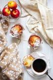 Таблица завтрака с тортами, кофе и плодоовощами стоковые фотографии rf