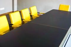Таблица зала заседаний правления установлена для общего собрания стоковое изображение rf