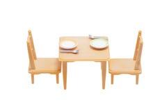Таблица игрушки с блюдами и стульями стоковое фото