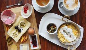 Таблица и кофе завтрака Стоковая Фотография RF
