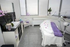 Таблица и оборудование массажа в современном салоне красоты Стоковое Изображение RF