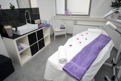 Таблица и оборудование массажа в современном салоне красоты Стоковые Изображения RF