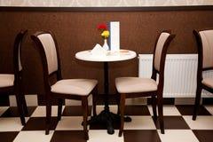 Таблица и стулы в кафе Стоковое Фото