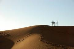 Таблица и стулы ковки чугуна на верхней части песчанной дюны Стоковая Фотография