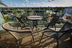 Таблица и стулы на балконе стоковые фотографии rf