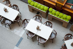Таблица и стулья в ресторане Стоковое Изображение