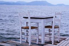 Таблица и стулья на деревянной моле Стоковое Фото