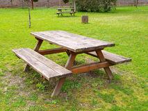 Таблица и benchs в парке Стоковые Изображения