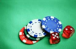 Таблица казино зеленая с обломоками и dices Стоковое Фото