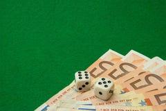 Таблица казино с примечаниями и костью евро стоковые изображения rf