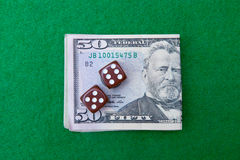Таблица казино с примечаниями и костью доллара стоковое изображение