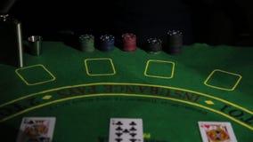Таблица казино с руками игрока в покер и играя карточкой Женщина имеет выигрывая комбинацию сток-видео