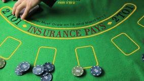Таблица казино с руками игрока в покер и играя карточкой видеоматериал