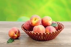 Таблица корзины персиков деревянная Стоковые Изображения RF