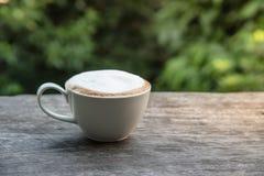таблица кофейной чашки деревянная Стоковые Фотографии RF