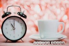 таблица кофейной чашки пролома таблица кофейной чашки Стоковое Изображение RF