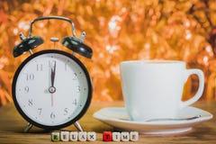 таблица кофейной чашки пролома таблица кофейной чашки Стоковое Фото