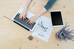 Таблица офиса при рука ` s бизнесмена печатая на клавиатуре и resu Стоковое Изображение