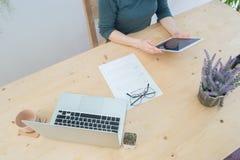 Таблица офиса с данными по резюма и рука ` s женщины держат tabl Стоковое Фото