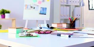 Таблица офиса с пустыми блокнотом и компьтер-книжкой Стоковое Фото