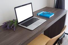 Таблица офиса с пустым экраном на компьтер-книжке и красивой лаванде Стоковые Изображения