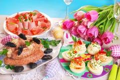 Таблица пасхи с традиционными блюдами стоковые изображения