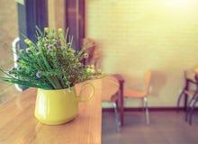 Таблица древесины decorationon цветка Стоковое Фото
