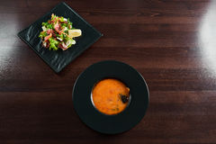 Таблица ресторана вполне очень вкусной еды Стоковые Изображения RF
