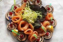 Таблица ресторанного обслуживании вполне аппетитной еды Стоковая Фотография RF