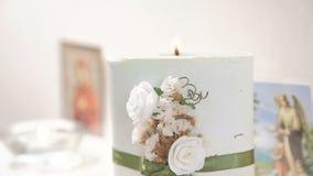 Таблица свадьбы украшенная с свечами и цветками видеоматериал