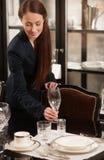Таблица сервировки женщины. Стоковое Фото