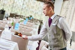 Таблица сервировки кельнера ресторана с едой Стоковое Фото