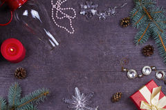 Таблица сервировки рождества - плита, стекло, лампа, свеча, конусы сосны, подарочная коробка Стоковое фото RF