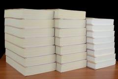 таблица стога книг Стоковые Фотографии RF
