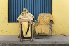 Таблица стола и кукла в желтой концепции в Кубе стоковое фото rf