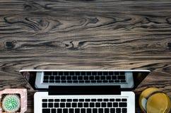 Таблица стола офиса Брайна деревянная с книгой, ручкой, кактусом и телефоном Стоковые Изображения