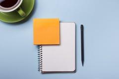 Таблица стола офиса с взгляд сверху поставек Блокнот, ручка и красочная бумага Скопируйте космос для текста Стоковые Фотографии RF