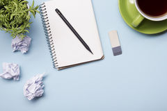 Таблица стола офиса с взгляд сверху поставек Блокнот, ручка и красочная бумага Скопируйте космос для текста Стоковое фото RF
