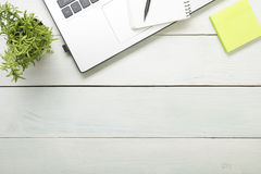 Таблица стола офиса с поставками Взгляд сверху Скопируйте космос для текста Компьтер-книжка, пустой блокнот, ручка, напоминание,  Стоковые Фото