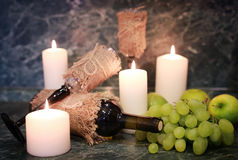 Таблица с виноградиной бутылки вина Стоковое Изображение RF