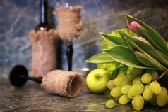 Таблица с виноградиной бутылки вина Стоковая Фотография RF