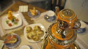 Таблица с помадками Самовар с чаем и пирогами сток-видео