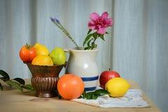 Таблица с плодоовощами и цветками Стоковое Изображение