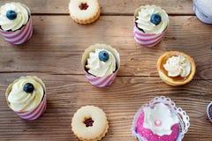 Таблица с различными пирожными, пирогами и печеньями Плоское положение Стоковые Изображения