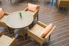 Таблица с 4 стульями на деревянном поле Стоковое Фото