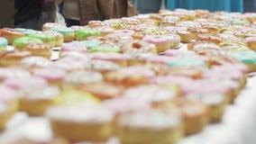 Таблица служила при много красочных донутов покрытых поливой bakersfield люди видеоматериал