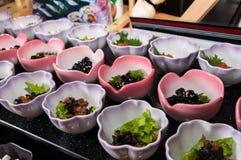 Таблица с холодными закусками и плодоовощами стоковые фото
